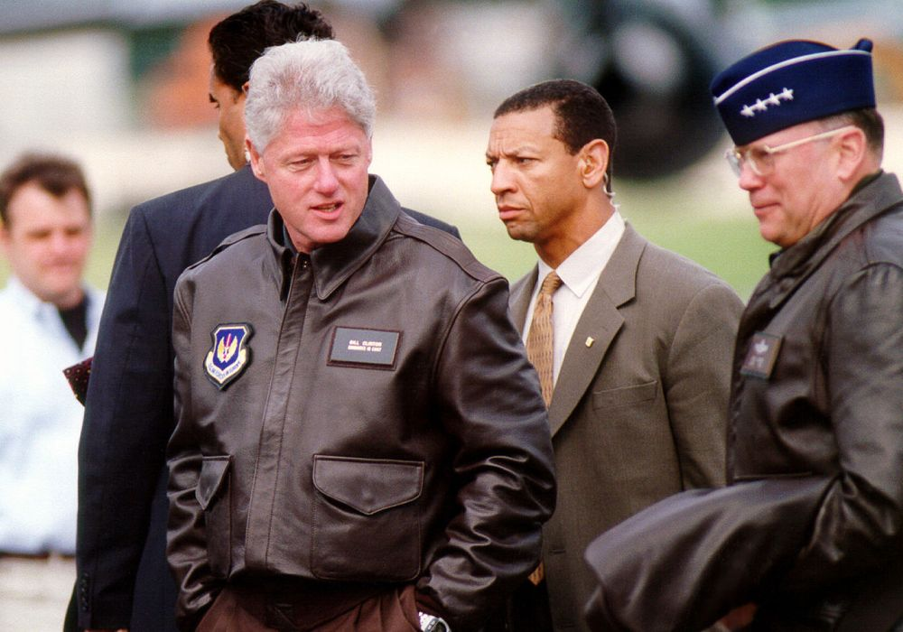 1280px-President_Clinton_by_Molly_Gilliam,_1999_(DOD_990505-F-7597G-005)_(514619639)